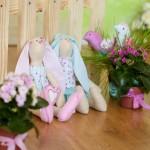 Два пасхальных кролика - розовый и голубой