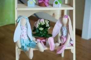 Две куклы пасхальных кролика