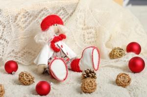 Кукла в красно-белой одежке