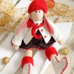 Кукольный заяц в красной шапке