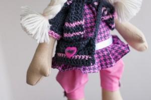 Фото текстильной куклы-гимназистки вблизи