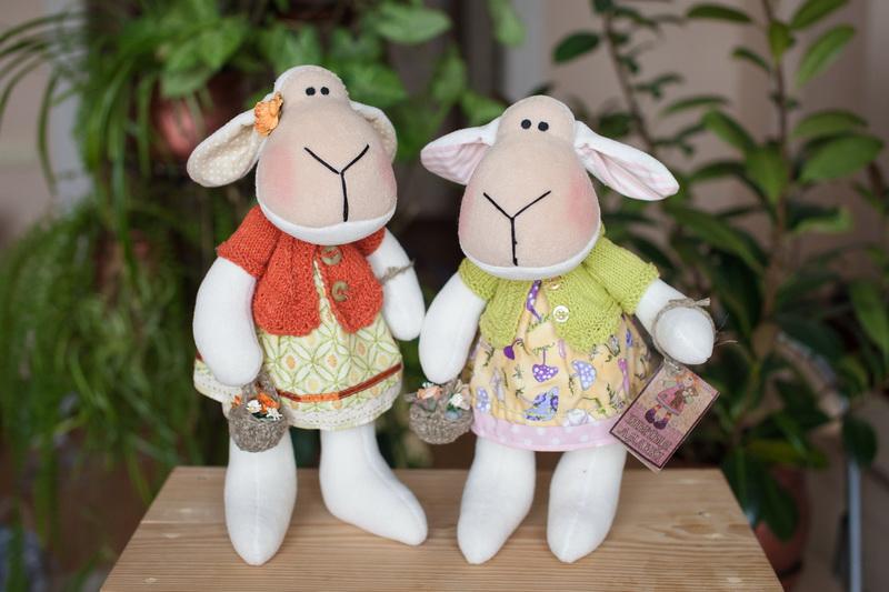 Куклы-овечки в зеленом и красном