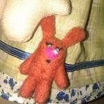 Шерстяной заяц красного цвета