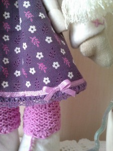 Сиреневое кукольное платьице вблизи